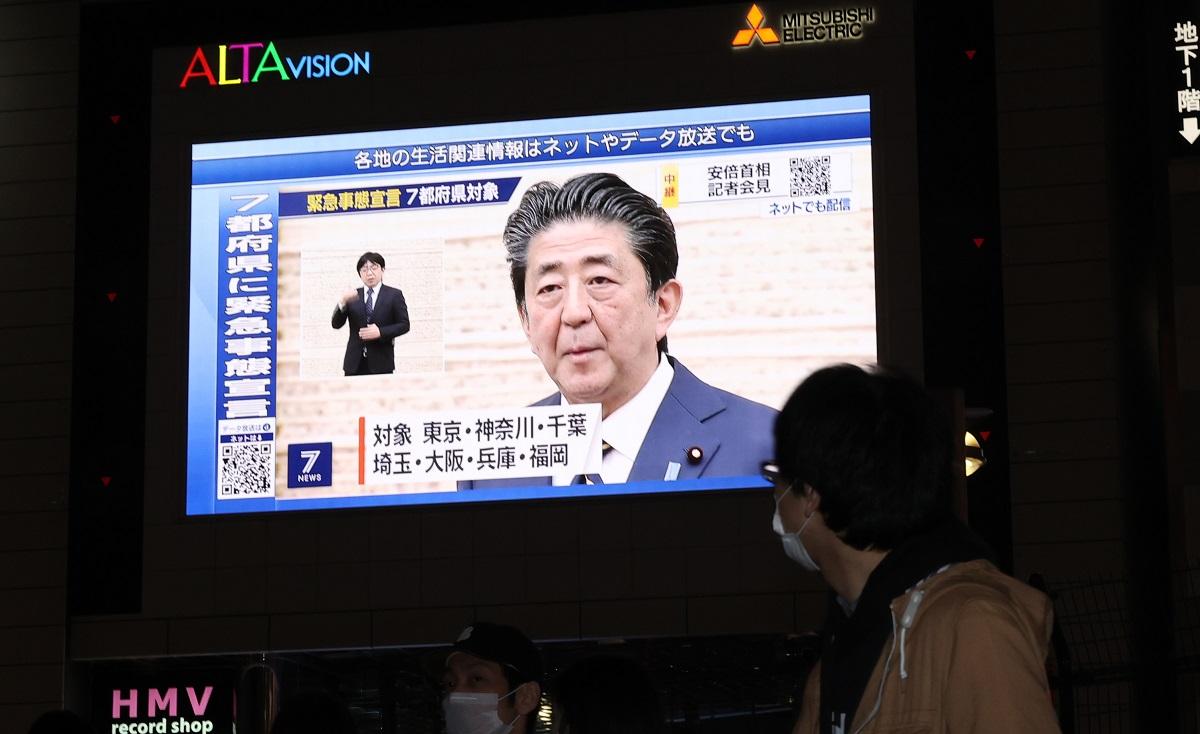 緊急事態宣言後、街頭の大型ビジョンに安倍晋三首相の記者会見が映し出された=2020年4月7日午後7時13分、東京・新宿20200407