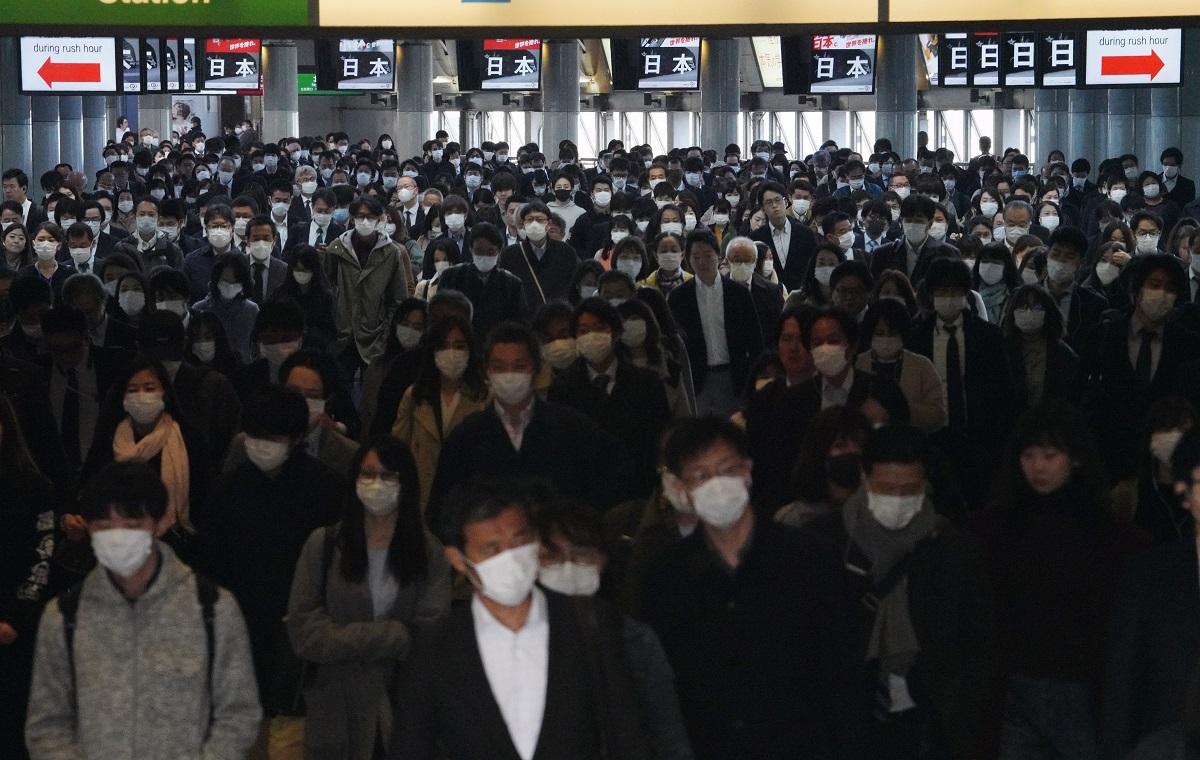 写真・図版 : 緊急事態宣言が発令された翌朝、通勤客の波が続く東京・品川駅の自由通路=2020年4月8日