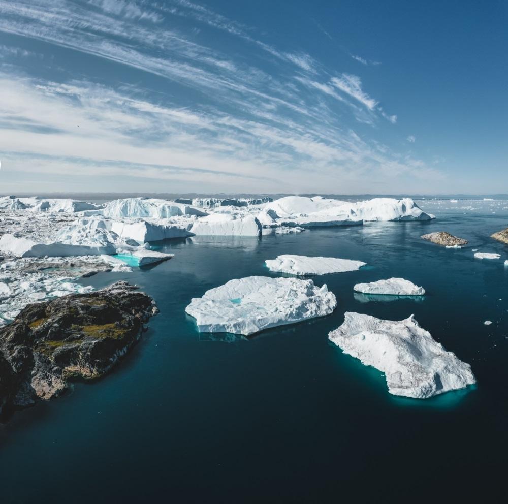 写真・図版 : グリーンランド西部のイルリサット近辺の海 Shutterstock.com