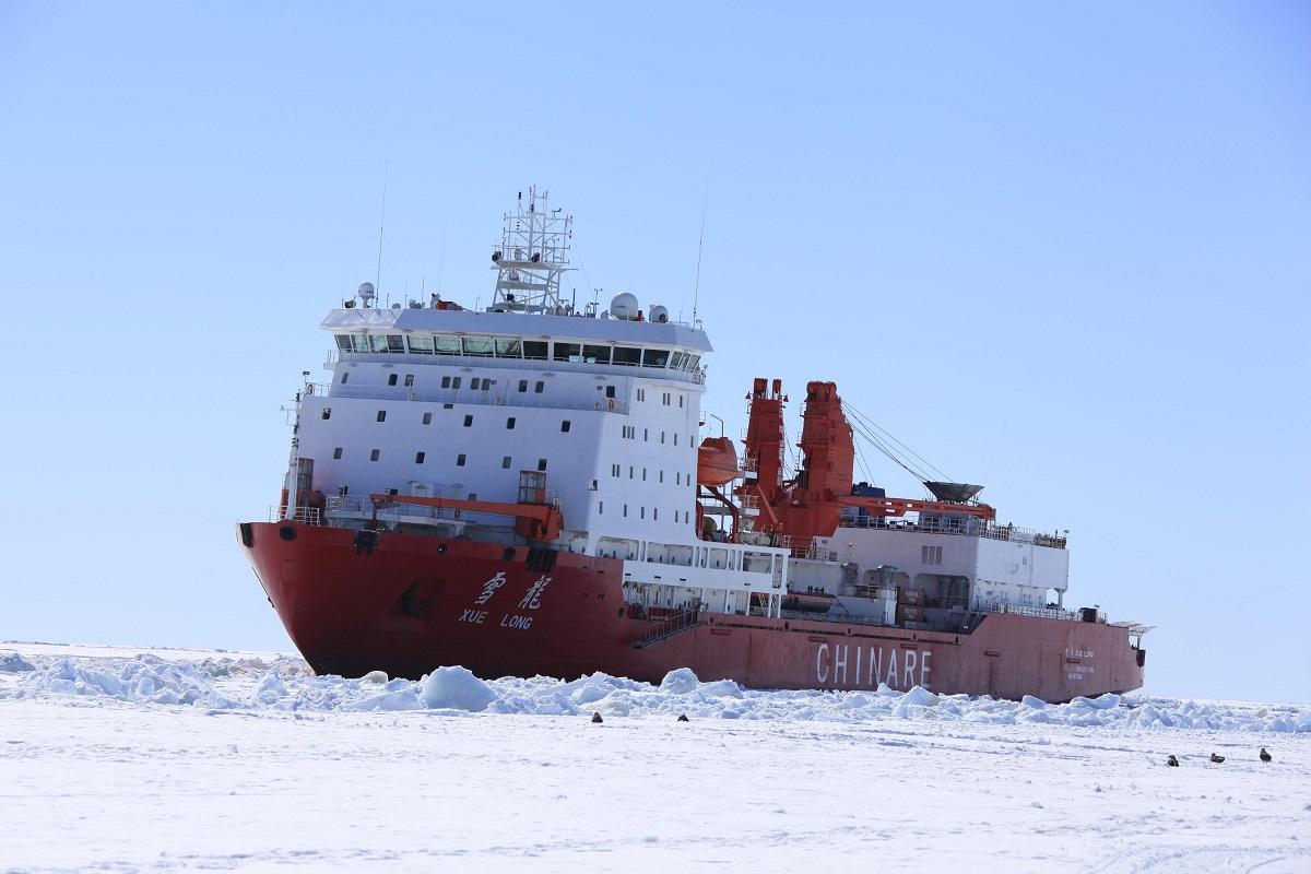写真・図版 : 中国の極地観測船「雪竜」=2011年12月、南極、中国の通信社・中国新聞社撮影