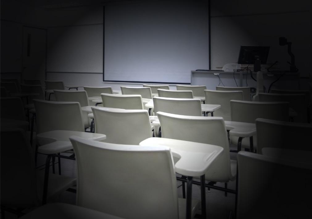 写真・図版 : 学生たちが教室へ戻れるのはいつになるのか