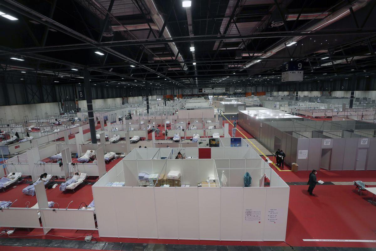 写真・図版 : 2020年4月2日、スペインのマドリードのコンベンションセンターに設けられた仮設の医療施設=AP