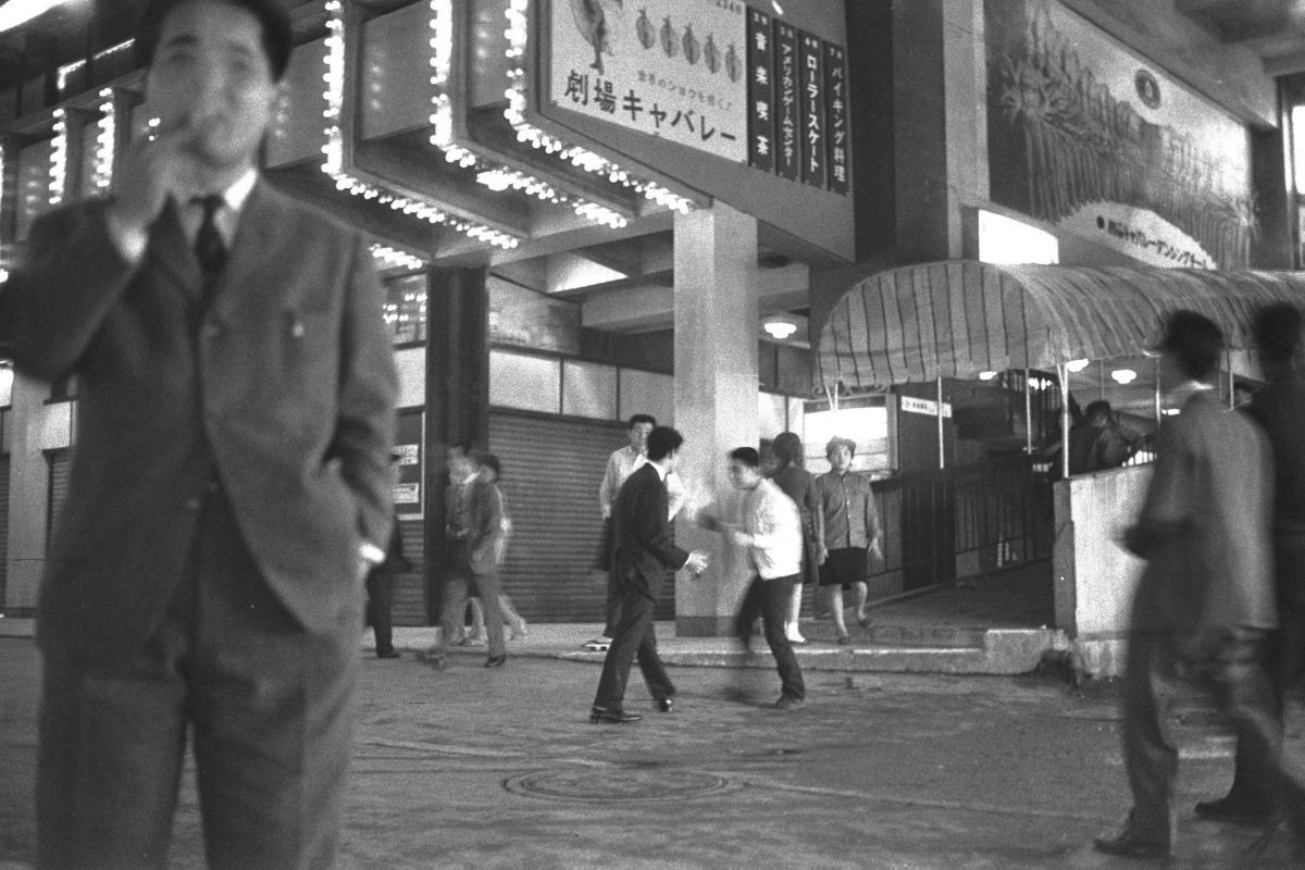 写真・図版 : 夜の盛り場で遊ぶ少年たち=1961年4月、東京都内