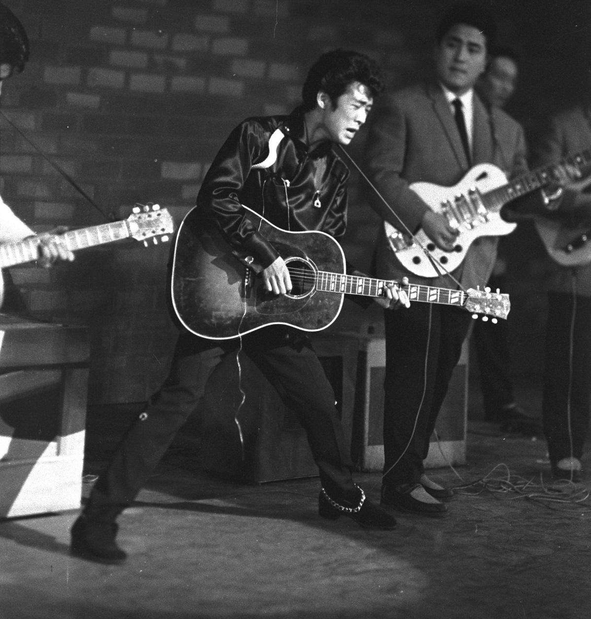 写真・図版 : ロカビリー歌手として人気絶頂だった山下敬二郎=1958年3月