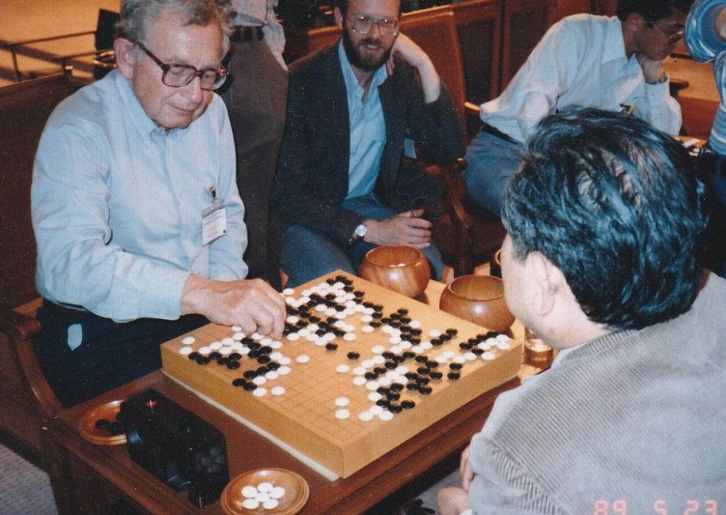 写真・図版 : 碁を打つアンダーソン氏。対戦相手は、興地斐男阪大教授(当時)=1989年5月23日、福山秀敏氏提供