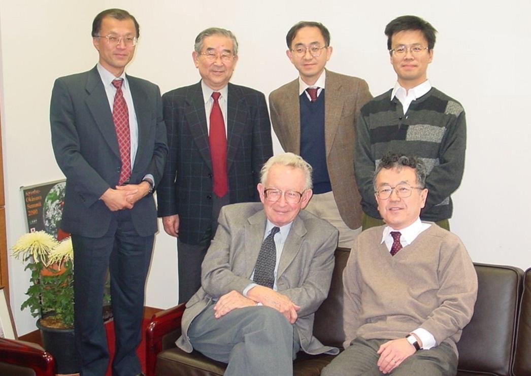 写真・図版 : 日本の物性物理学者たちとの記念写真。隣に座っているのが福山秀敏物性研所長(当時)=2002年、東京大学物性研究所提供