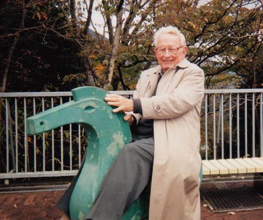 写真・図版 : 箱根の彫刻の森美術館を訪れたときのアンダーソン氏=1999年、福山秀敏氏提供
