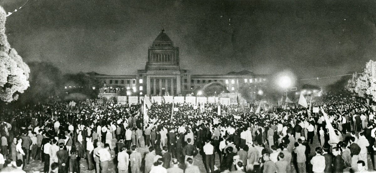 写真・図版 : 安保条約改定に反対するデモ隊でうずまる夜の国会正門前=1960年5月26日