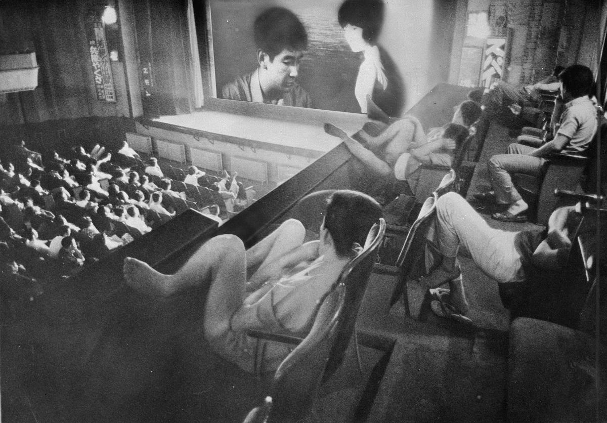 写真・図版 : 深夜上映の映画館にたむろした60年代の「非行少年」たち=1965年8月1日、東京・浅草