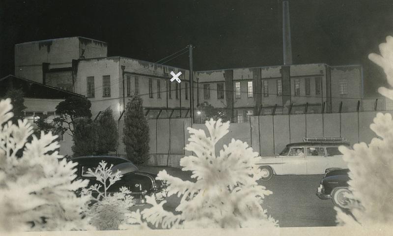 写真・図版 : 浅沼稲二郎・社会党委員長を刺殺した山口二矢は犯行の約3週間後の1960年11月2日、収容先の東京少年鑑別所で自殺した。×印が山口が首つり自殺した単独室