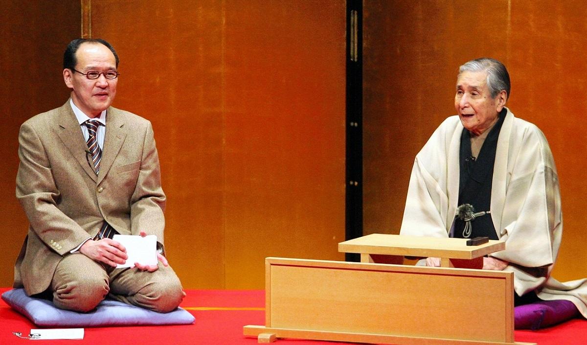 写真・図版 : 上方落語を代表する演者だった桂米朝(右)と話す演芸作家の小佐田定雄=2008年撮影