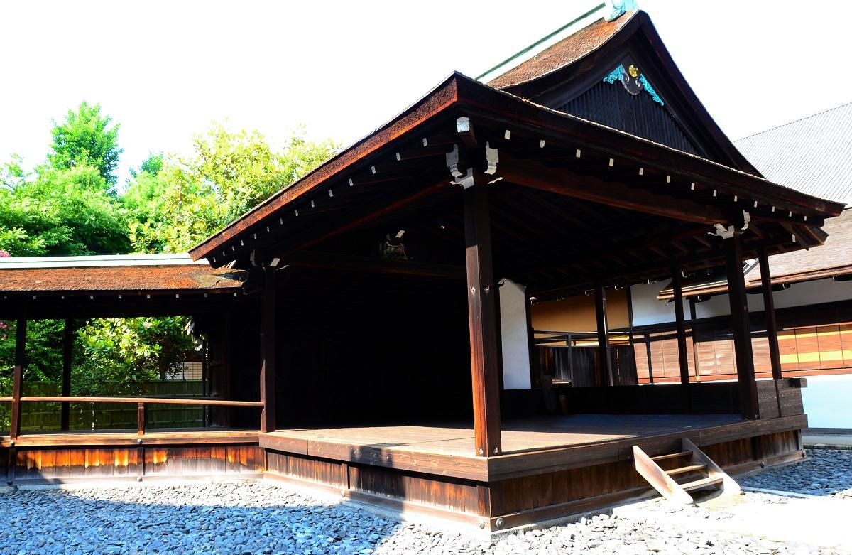 写真・図版 : 京都・西本願寺の北能舞台(国宝)。16世紀後半にできた日本最古の能舞台とされている
