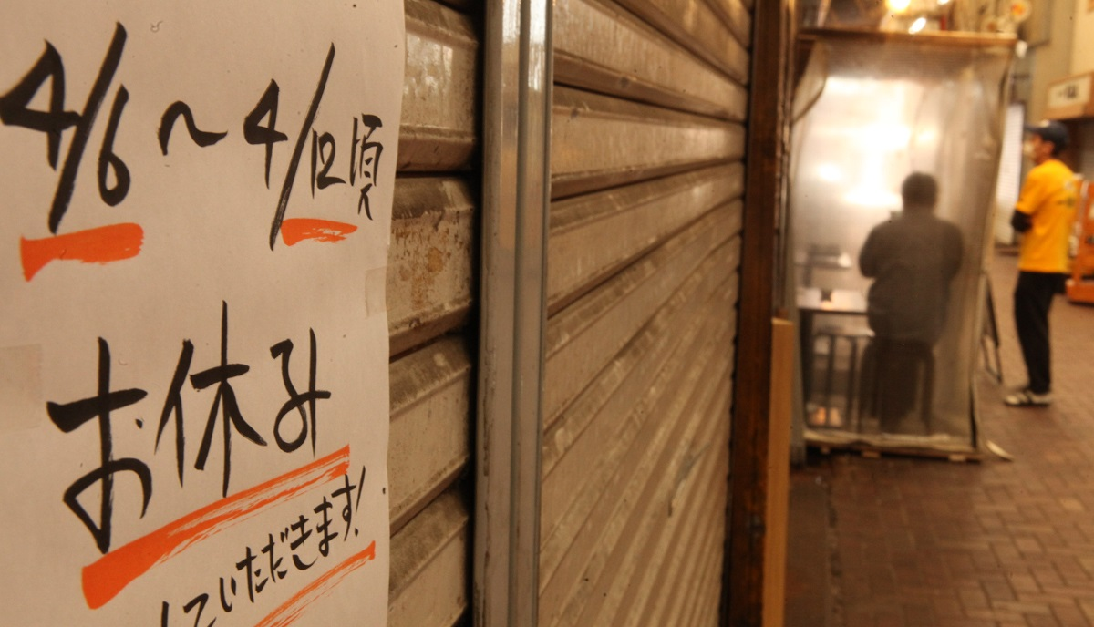 休業するなかで営業を継続する店もあった=2020年4月11日午後2時21分、東京都北区
