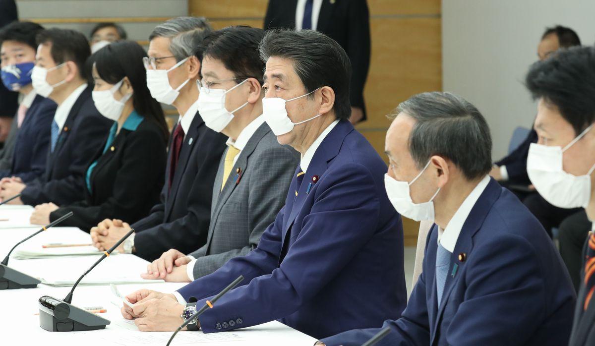 写真・図版 : 新型コロナウイルス感染症対策本部の会合で、緊急事態宣言を出す安倍晋三首相(右から3人目)=2020年4月7日午後5時44分、首相官邸
