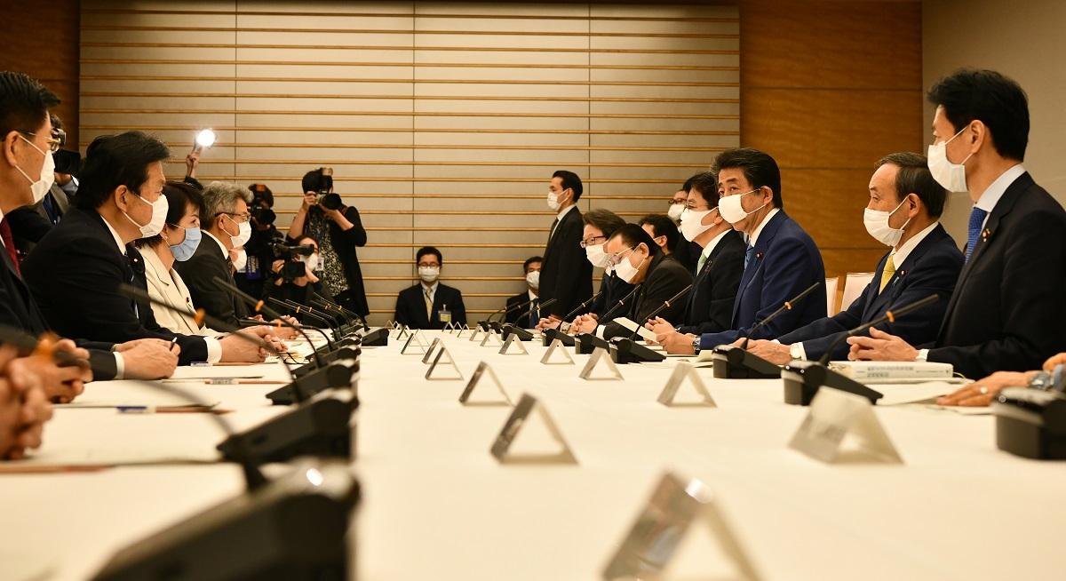 写真・図版 : 新型コロナウイルス感染症対策本部に出席する安倍首相=2020年4月11日、首相官邸