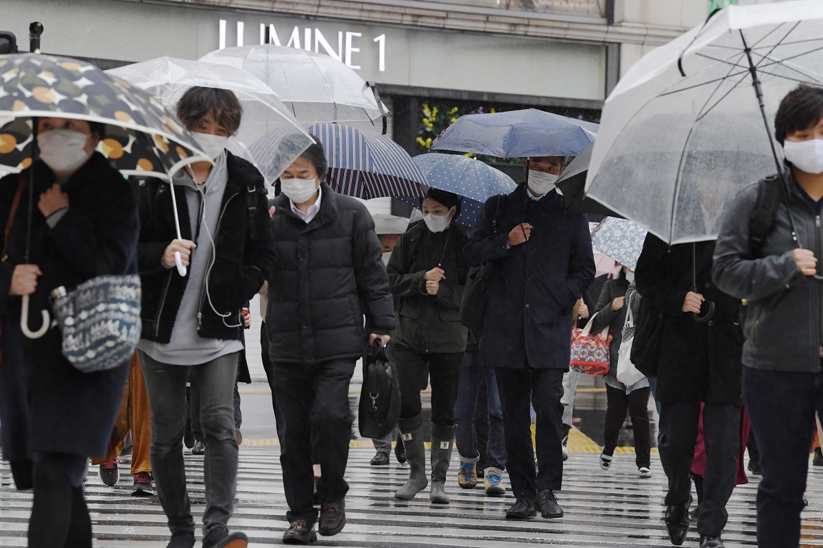 緊急事態宣言が出て最初の週明けも通勤する人が目立った東京・新宿=2020年4月13日