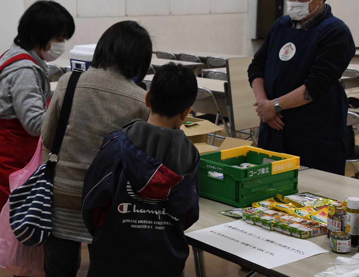 感染症対策で子ども食堂を休止した支援団体がひとり親世帯に食料を無償提供。仕事が減り、休校で食費や光熱費はかさみ、「冷蔵庫が空っぽ」という家庭も=岩手県
