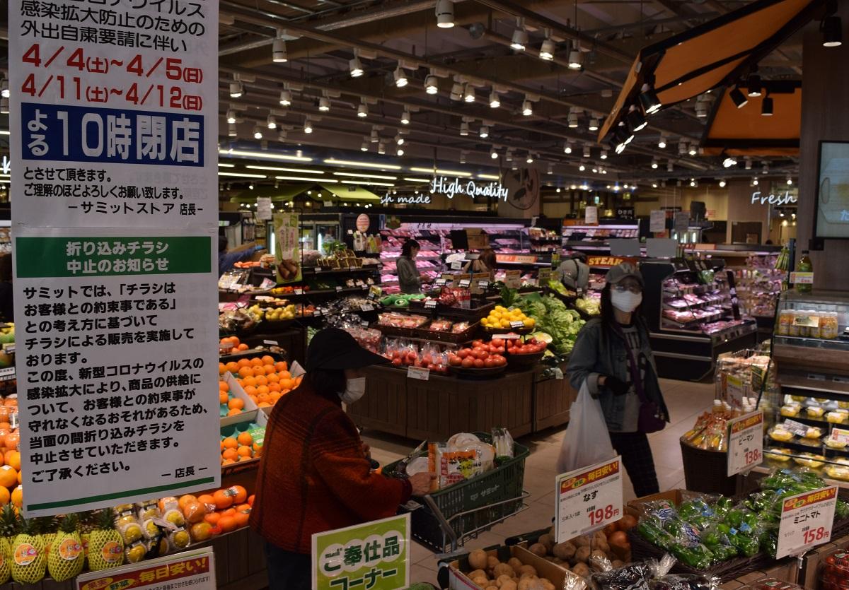 写真・図版 : 新型コロナウイルスの感染が拡大するなか、スーパーでは食品などを買い込む人が一段と目立つようになった=2020年4月6日、東京都杉並区