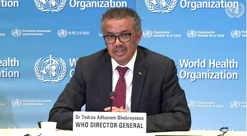 写真・図版 : スイス・ジュネーブの世界保健機関(WHO)本部で記者会見するテドロス・アダノム事務局長=2020年4月15日、国連のインターネット放送から