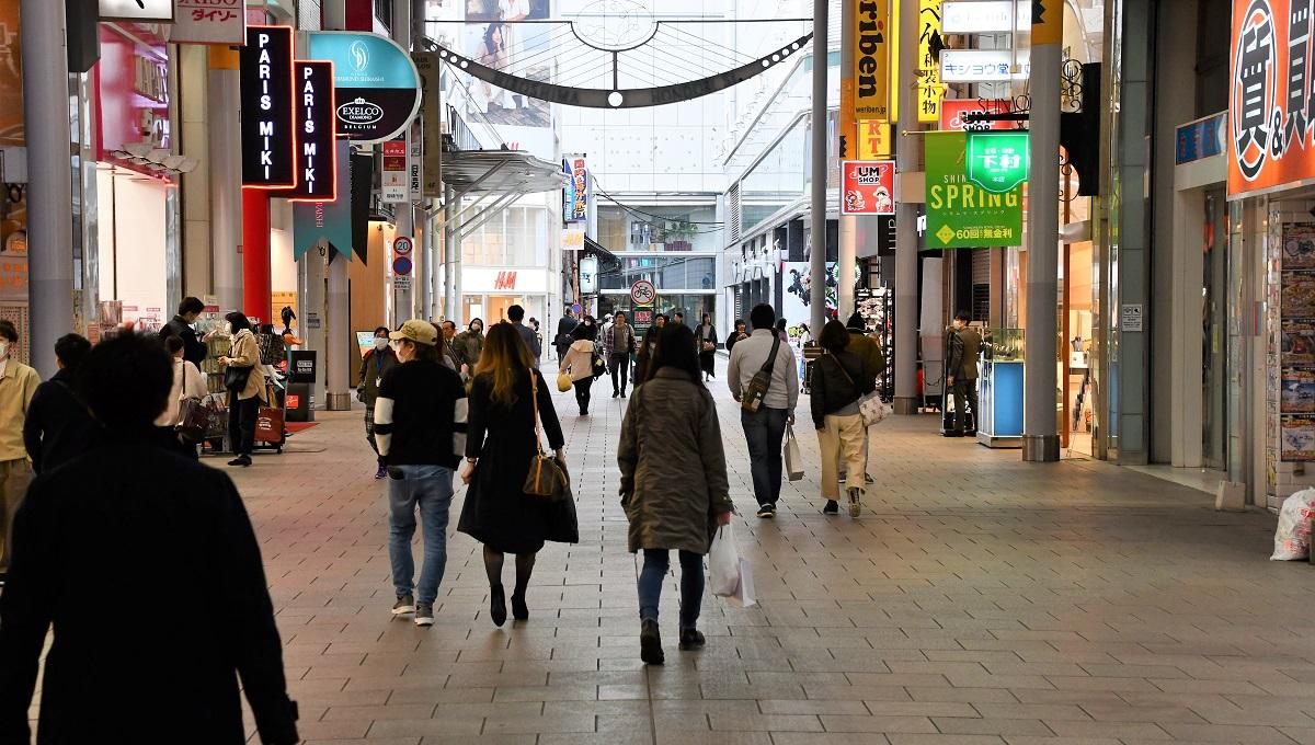 買い物客らが行き来する本通商店街=2020年4月11日、広島市中区