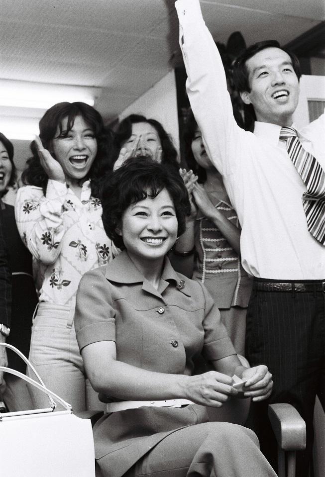 写真・図版 : 参議院全国区で初当選したときの山東昭子氏=1974年7月8日