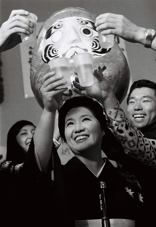写真・図版 : 参議院全国区で初当選したときの安西愛子氏=1971年6月28日