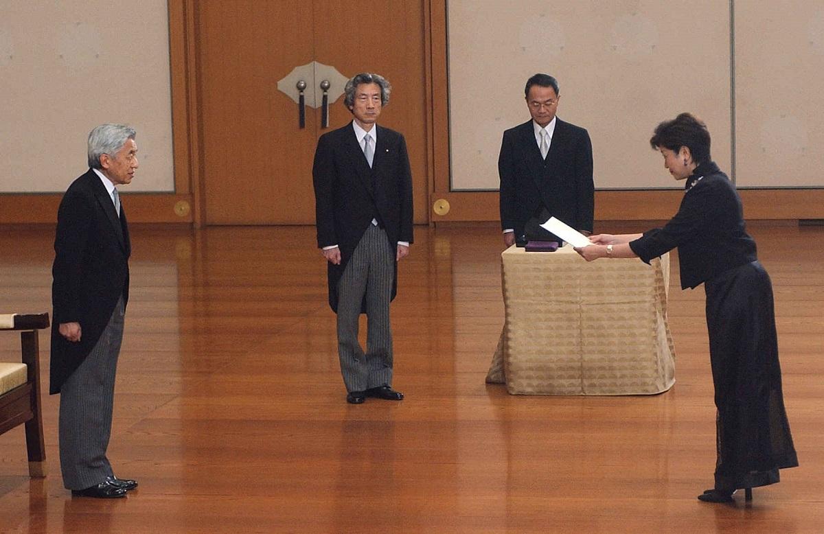 写真・図版 : 小泉連立第2次改造内閣に環境相として入閣、天皇から認証を受ける小池百合子氏=2003年9月22日、皇居