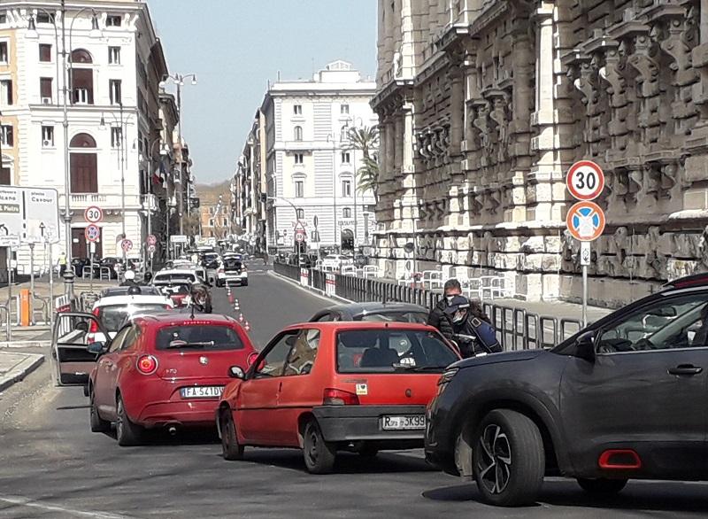 写真・図版 : 外出禁止令が出ているイタリアでは各地で検問が行われ、車が長い列を作った=2020年3月21日、ローマ、河原田慎一撮影
