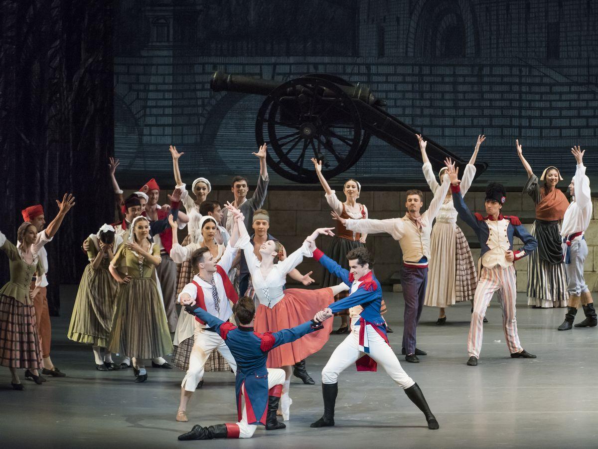 写真・図版 : フランス革命がテーマのボリショイ・バレエ団による「パリの炎」=2017年6月、大津市のびわ湖ホール。楠本涼撮影
