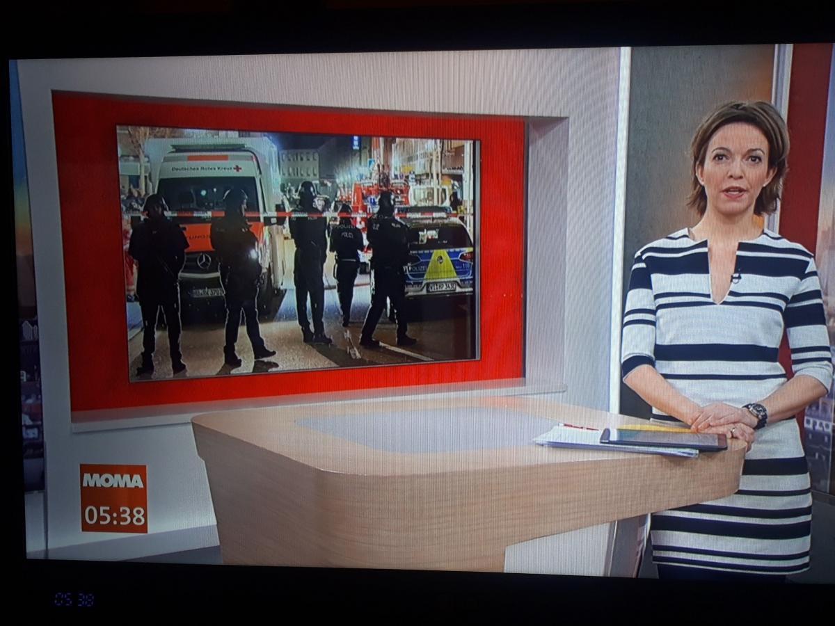 写真・図版 : 2月20日早朝、前日のドイツ・フランクフルト近郊での連続射殺事件を伝えるドイツ第1公共放送のニュース番組