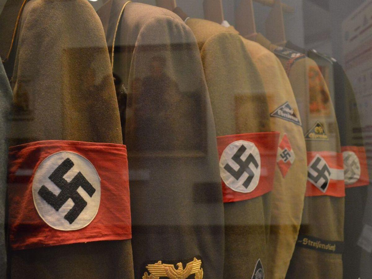 写真・図版 : 国立ドイツ歴史博物館に展示されたナチス時代の制服=2月、ベルリン。藤田撮影
