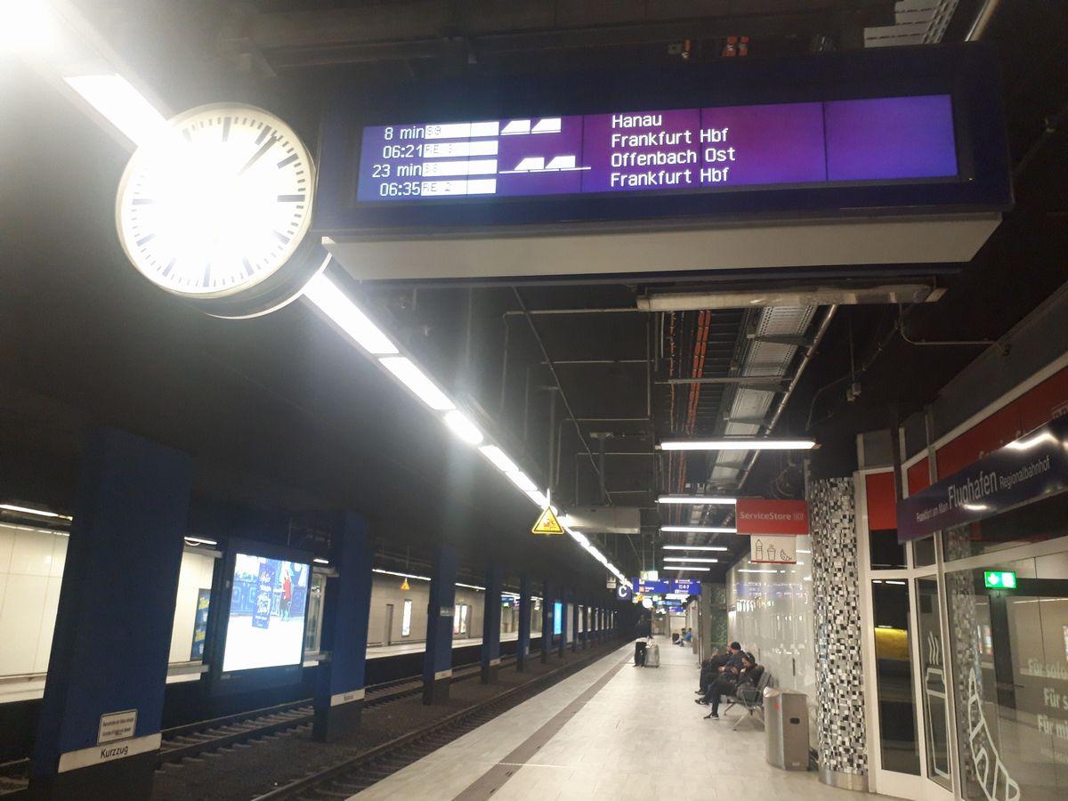 写真・図版 : 2月9日、ドイツ鉄道のフランクフルト空港駅。ここから今回のドイツの旅は始まった=藤田撮影