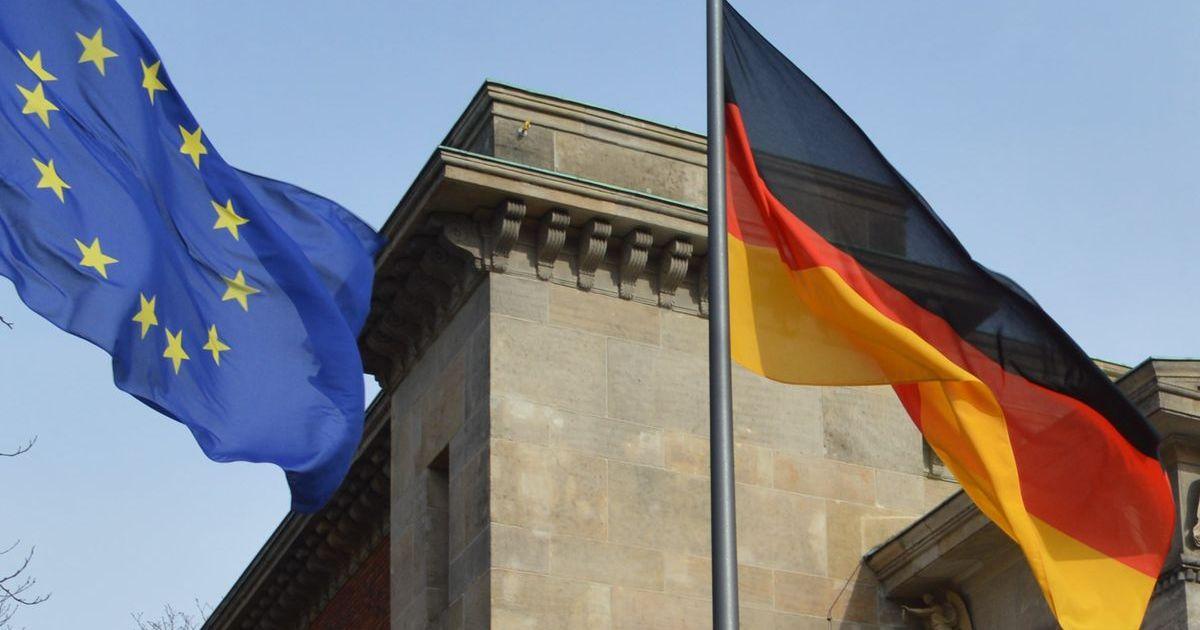 写真・図版 : ドイツ国旗(右)と欧州連合(EU)の旗=2月、ベルリン。藤田撮影