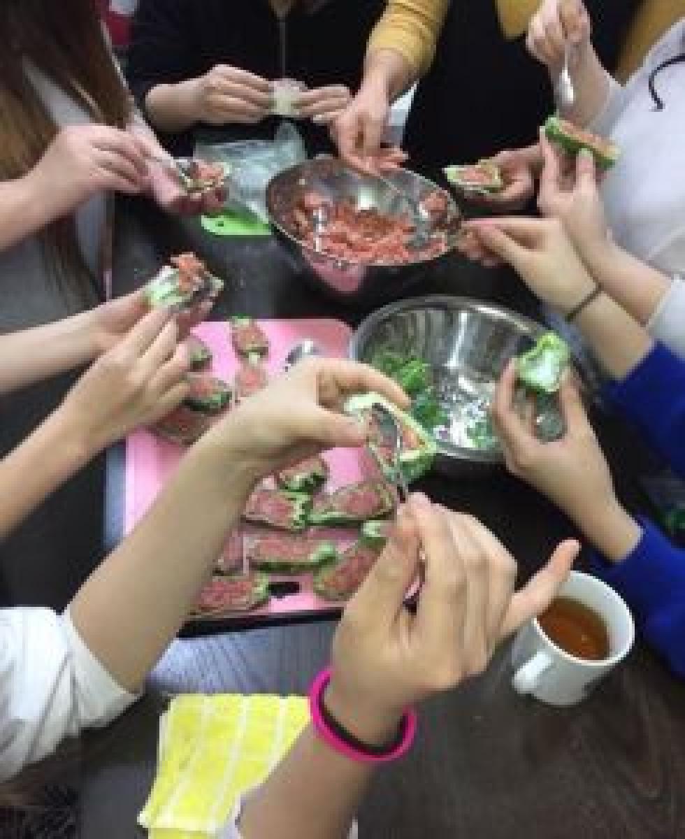 中高生を中心とした少女たちによるサポートグループ「Tsubomi」の活動。同じように悩んできた人と出会うことで、自分の状況を整理し、向き合うきっかけとなる。Colaboのホームページから