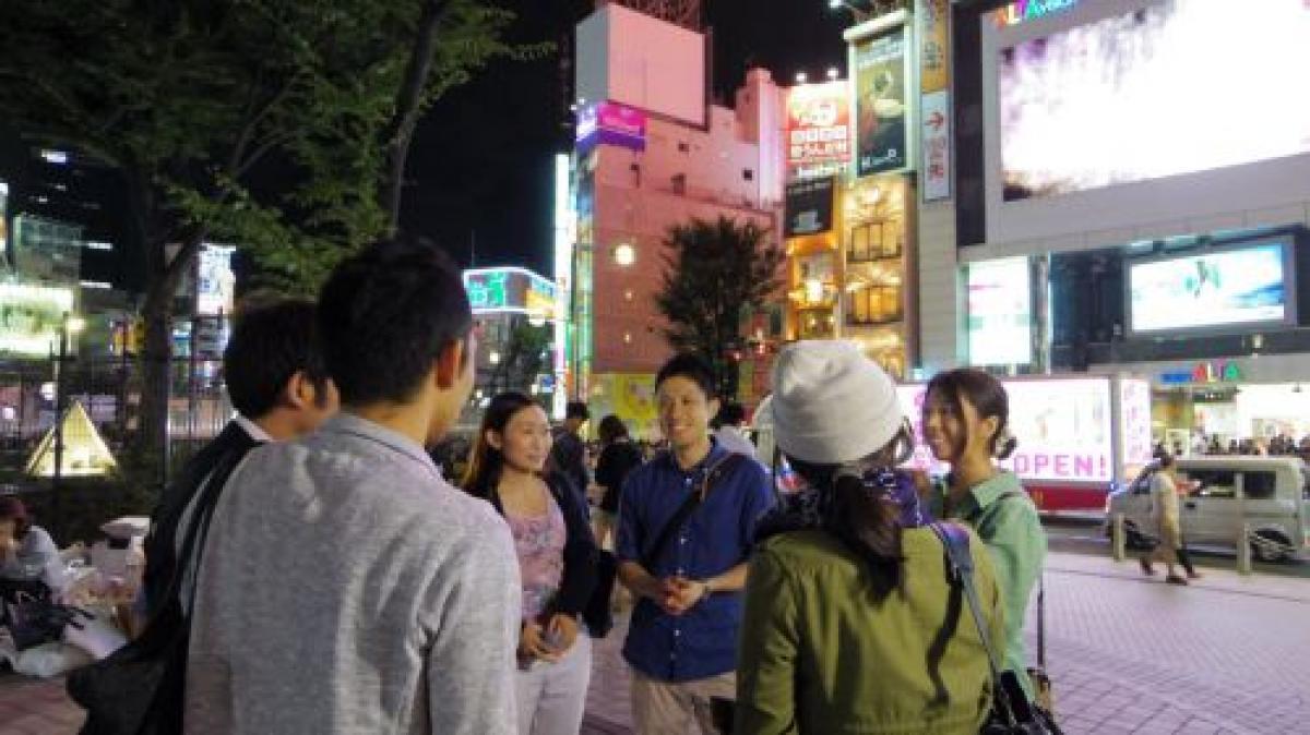 写真・図版 : 夜の街を巡回し、家に帰らなかったり、帰れなかったりする少女に声を掛ける活動。Colaboのホームページから