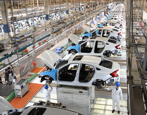 写真・図版 : 操業が再開されている武漢市内のホンダの工場=2020年4月8日、武漢市、平井良和撮影