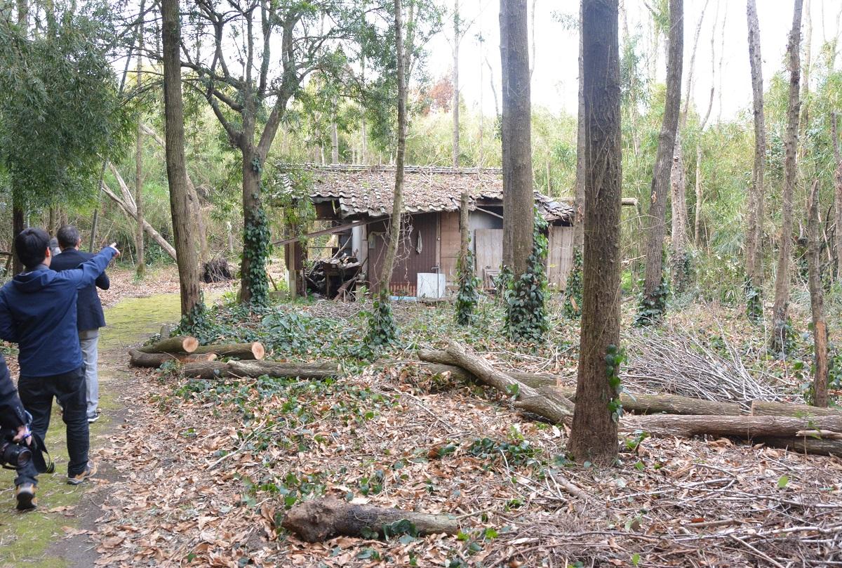 写真・図版 : 小さな建物だけが残された事件現場。遺体が発見された牛小屋の付近は竹林になっていた=2017年2月25日、鹿児島県大崎町