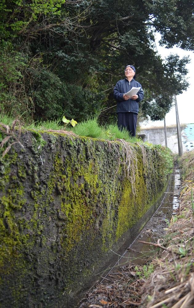写真・図版 : 被害者が⾏⽅不明になる前に⾃転⾞ごと 落ちた側溝。⾼さは1メートル10センチ あった。当時もいまもほとんど変わらないという=2020年3⽉31⽇、⿅児島県⼤崎町