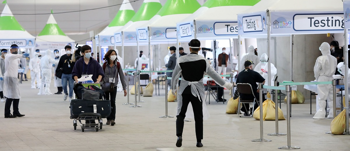 写真・図版 : 国外からの入国者に新型コロナウイルス検査をするためのブース=2020年3月26日、韓国・仁川空港、東亜日報提供