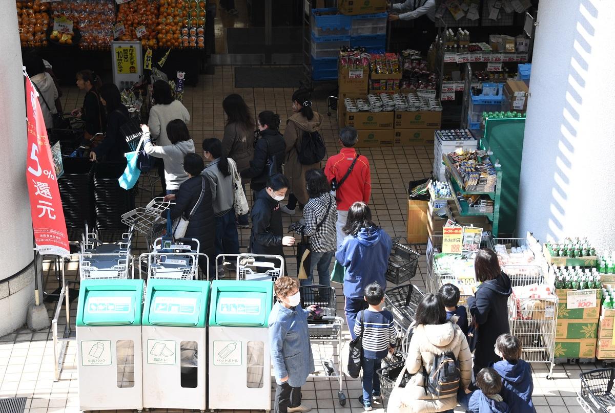 スーパーで買い溜めをする客を報道すること自体に批判も出た