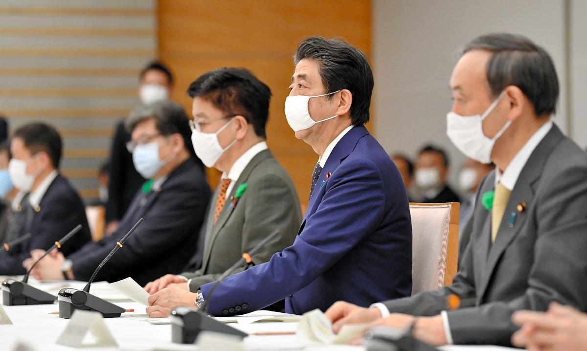 写真・図版 : 新型コロナウイルス感染症対策本部の会合で、緊急事態宣言の対象区域拡大について発言する安倍晋三首相(右から2番目)=2020年4月16日