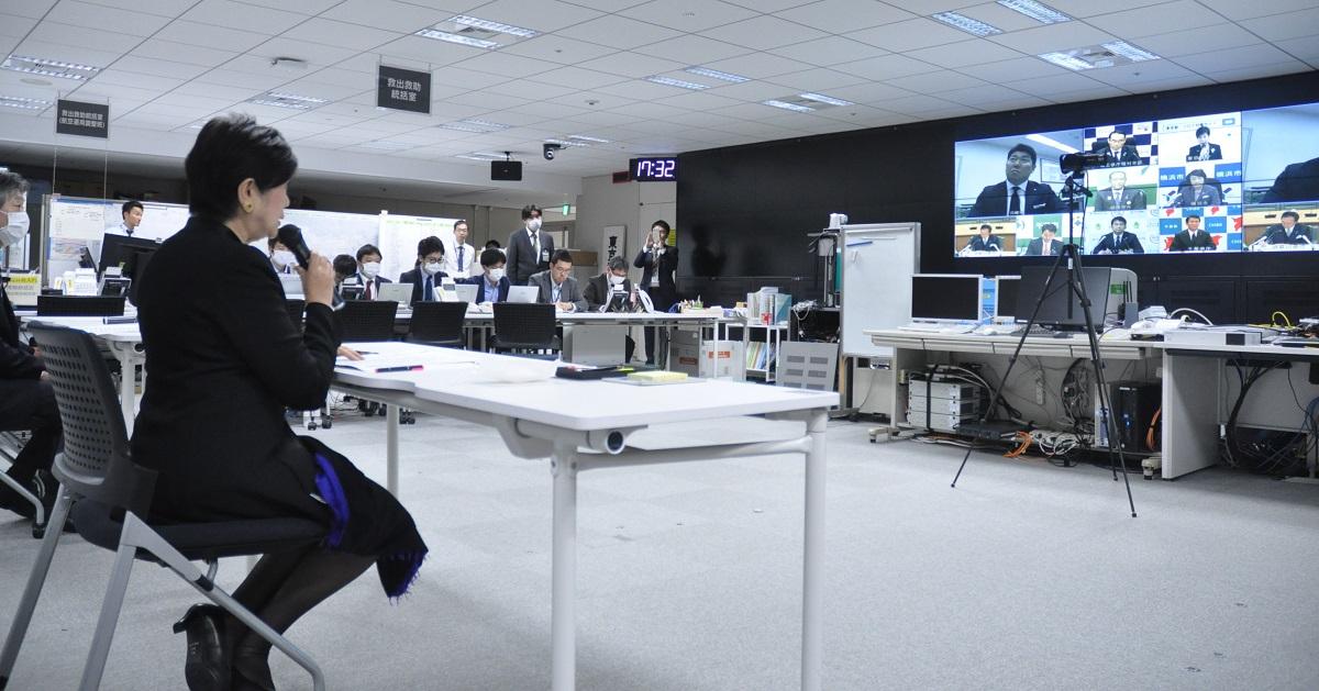 写真・図版 : 9都県市首脳による緊急テレビ会議で発言する小池百合子・東京都知事。自治体独自の動きが目立ってきた=2020年4月1日