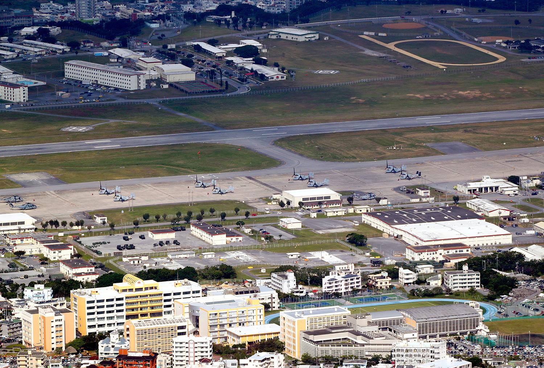 写真・図版 : オスプレイが駐機する普天間飛行場。手前は沖縄国際大学