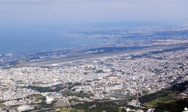写真・図版 : 宜野湾市街地に囲まれた普天間飛行場=2019年12月9日、堀英治撮影
