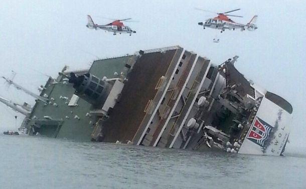 写真・図版 : 沈没事故当日の旅客船セウォル号。この約25分後に船首を残して沈没したという=2014年4月16日、韓国南西部・珍島沖、地元住民提供
