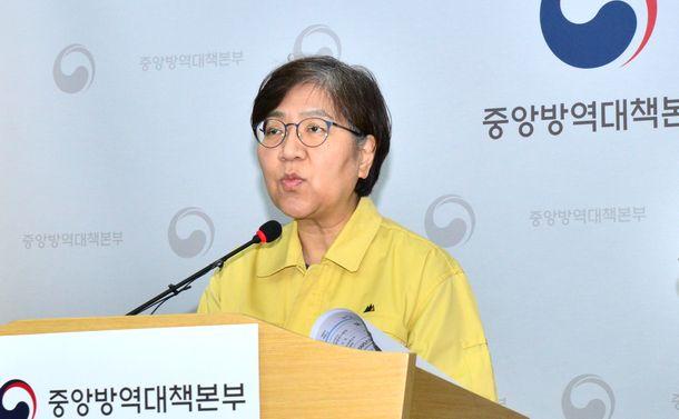 写真・図版 : 新型コロナウイルス感染の現状について記者会見で答える韓国の中央防疫対策本部のチョン・ウンギョン本部長=2020年4月17日、同本部提供