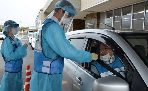 写真・図版 : 鳥取県が実施を予定しているドライブスルー方式の検査手順を確認する県職員=2020年4月17日、鳥取県倉吉市