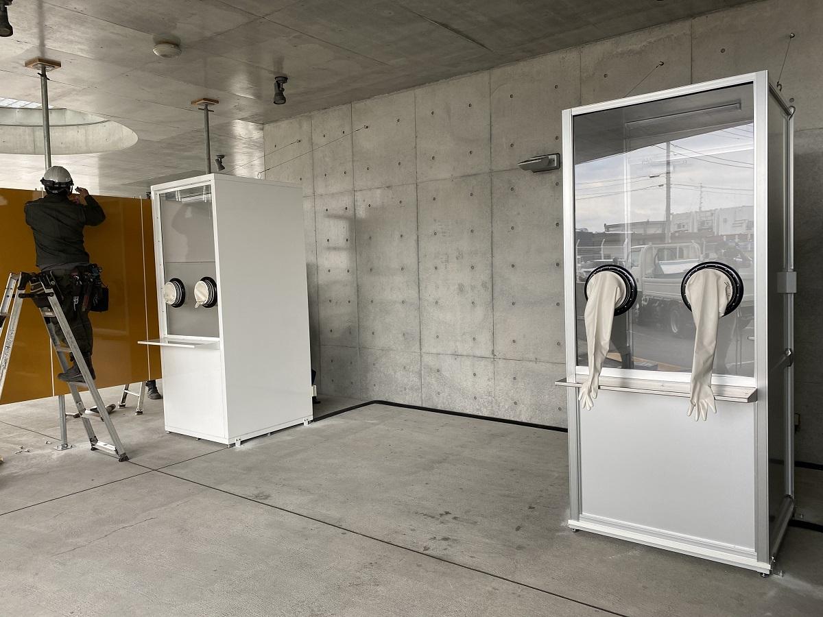 写真・図版 : 横須賀市救急医療センターに置かれた検査ブース。ウイルスへの防御性に優れ、防護服なしで検体を採取できる=2020年4月17日