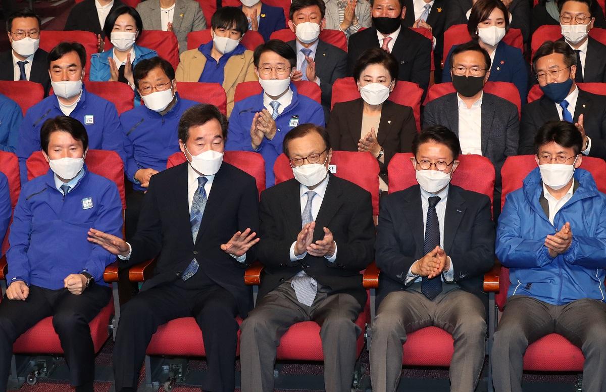 韓国総選挙で出口調査の結果をみる与党・李洛淵・前首相(前列左から2番目)など「共に民主党」関係者=2020年4月15日、ソウル、東亜日報提供
