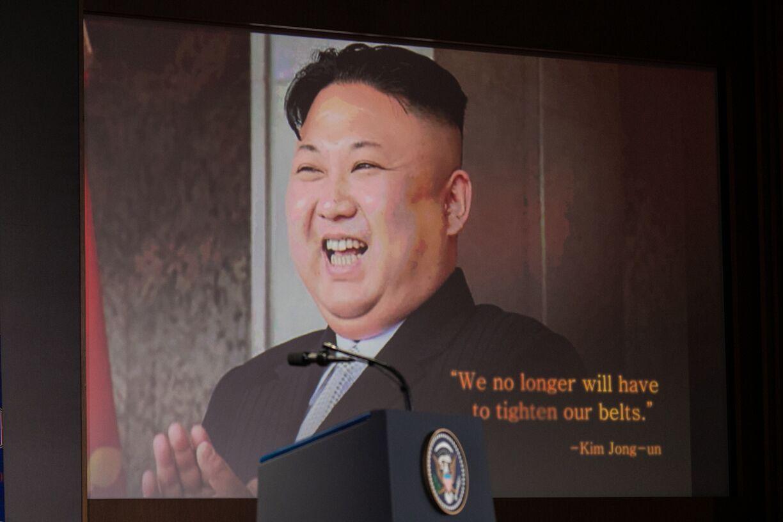 写真・図版 : 初の米朝会談後、カペラホテルで行われたトランプ大統領の会見冒頭で流れたビデオに映し出される北朝鮮の金正恩朝鮮労働党委員長=シンガポール、ランハム裕子撮影、2018年6月12日